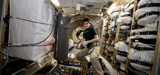 Samantha Cristoforetti trasferisce i prodotti di scarto del riciclaggio dell'urina in un serbatoio dell'ATV-5. Credit: ESA/NASA