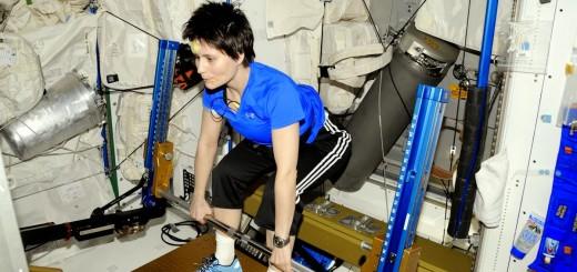 Samantha Cristoforetti si allena sull'ARED. Credit: ESA/NASA