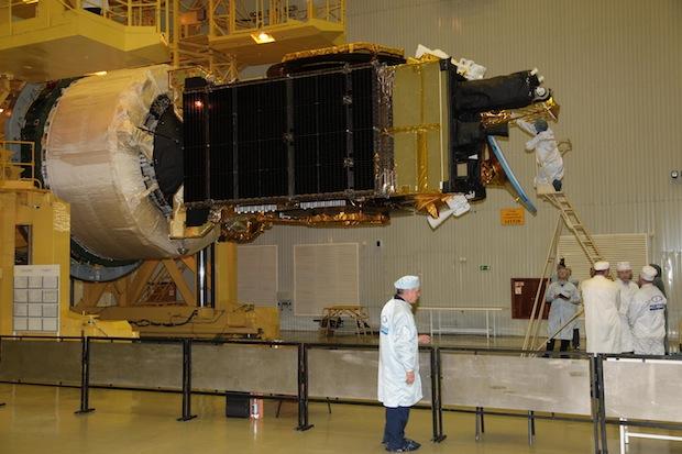 Il satellite Yamal 401 agganciato allo stadio superiore Breeze-M durante i preparativi pre-lancio. Credit: Roscosmos