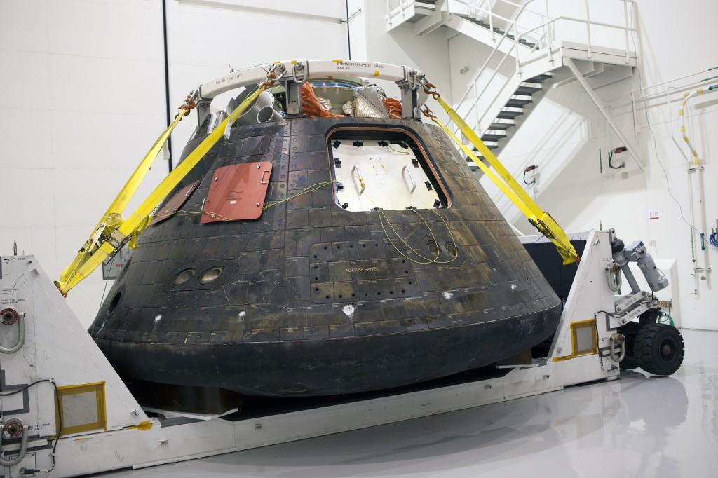 La capsula Orion nel Launch Abort System Facility del Kennedy Space Center, durante la conferenza stampa. (C) NASA.