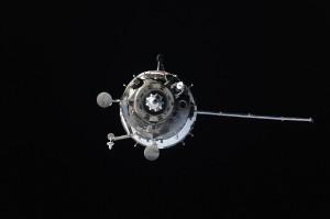 La Soyuz TMA-14M durante l'attracco senza un pannello solare. Credit: NASA