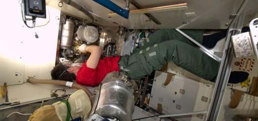 Samantha Cristoforetti cambia il fluido di pre-trattamento della toilette del Nodo 3. Credit: ESA/NASA