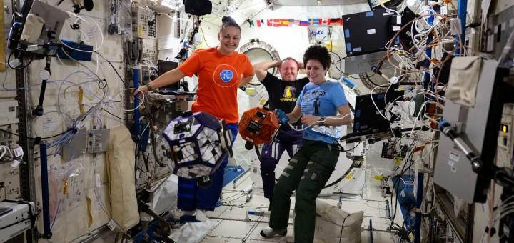 Samantha Cristoforetti, Elena Serova e Barry Wilmore nella finale Zero Robotics 2014 sulla ISS. Credit: ESA/NASA