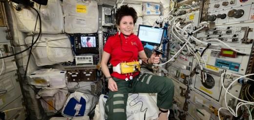 Samantha Cristoforetti con indosso i sensori dell'esperimento Drain Brain. Credit: ESA/NASA