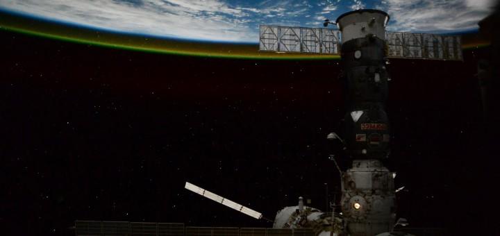 ATV-5 e un cargo Progress nella notte orbitale fotografati da Samantha Cristoforetti. Credit: ESA/NASA