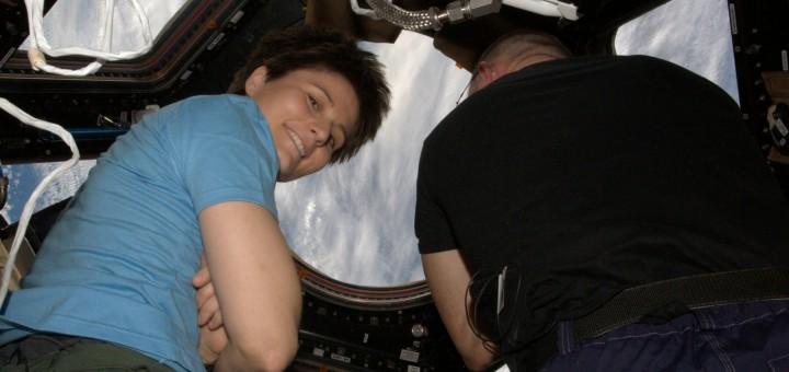 Samantha Cristoforetti e Barry Wilmore nella Cupola durante l'avvicinamento del cargo Dragon CRS-5. Credit: ESA/NASA