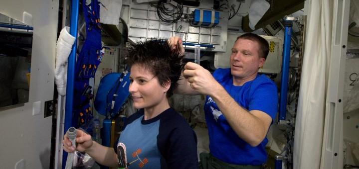 Terry Virts taglia i capelli a Samantha Cristoforetti. Credit: ESA/NASA