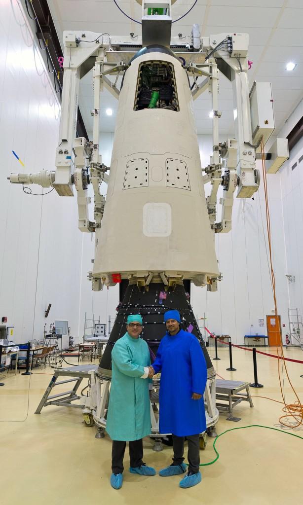 Giorgio Tumino, responsabile ESA del Programma IXV e Davide Nicolini, responsabile ESA per il Progetto del Sistema  Operativo di Lancio Vega davanti allo IXV. Image Credit: ESA.