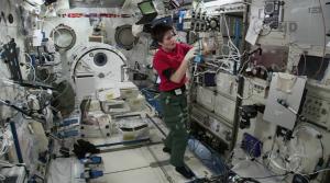 Samantha Cristoforetti ripresa al lavoro nel laboratorio giapponese Kibo la mattina del 15/01/2015