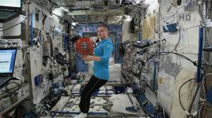 La cosmonauta Elena Serova al lavoro con Butch Wilmore per l'esperimento Spheres. (NASA Tv)