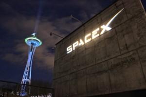 Il logo di SpaceX al Fisher Pavillon del Seattle Center. Image Credit: GeekWire.