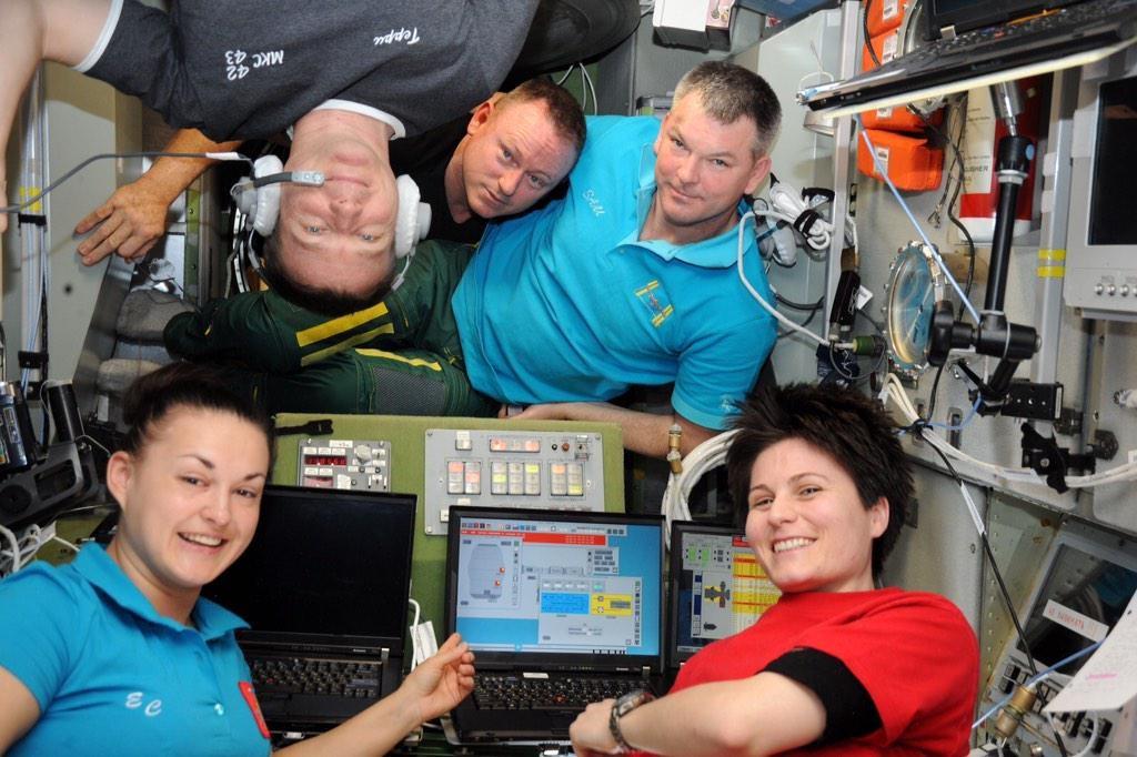 Samantha Cristoforetti e l'equipaggio della ISS nella sezione russa della ISS durante l'allarme ammoniaca del 15 gennaio 2015. Gli allarmi sono segnati in rosso sugli schermi dei computer. Credit: NASA