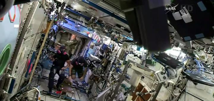 Terry Virts e Barry Wilmore analizzano l'aria del modulo Destiny nella serata dell'emergenza del 14 gennaio 2015 sulla ISS. Credit: NASA TV