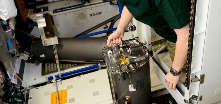 Samantha Cristoforetti sostituisce un serbatoio di scarti del riciclaggio dell'urina. Credit: ESA/NASA