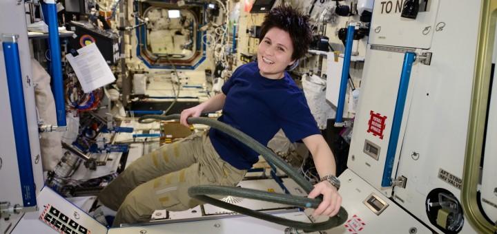 Samantha Cristoforetti con il tubo di collegamento al vuoto del vestibolo Nodo 1-PMM. Credit: ESA/NASA