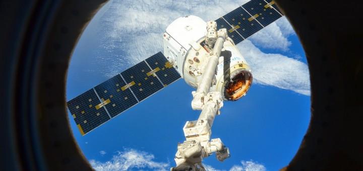 Il cargo Dragon CRS-5 poco prima del rilascio dal braccio robotico della ISS. Credit: ESA/NASA