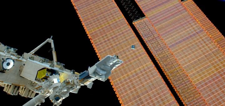 Il rilascio di un Cubesat dal braccio robotico giapponese della ISS durante la Expedition 42. Credit: ESA/NASA