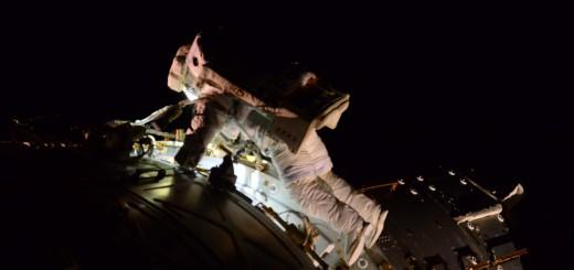 Terry Virts nella sua prima EVA durante la Expedition 42. Credit: ESA/NASA