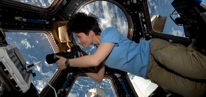 Samantha Cristoforetti fotografa la Terra dalla Cupola. Credit: ESA/NASA