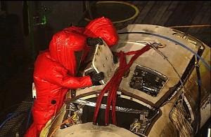 I tecnici di recupero verificano la eventuale presenza di idrazina all'interno dei serbatoi di IXV. Image Credit: