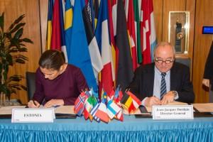 Il momento della firma dell'accordo fra il Direttore generale dell'ESA  Jean-Jacques Dordain e Anne Sulling, Minister of Economic Affairs per il Governo estone e  Communications Responsible for Foreign Trade and Entrepreneurship. (C) ESA–N. Imbert-Vier, 2015