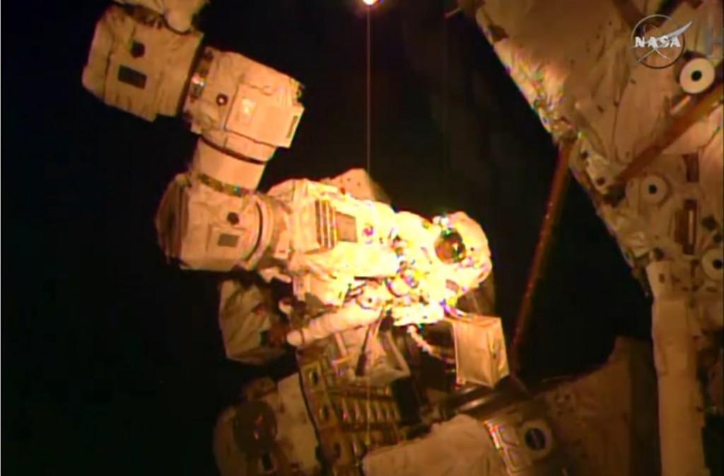 Virts alle prese con l'estremità del braccio robotizzato. Credit: NASA TV