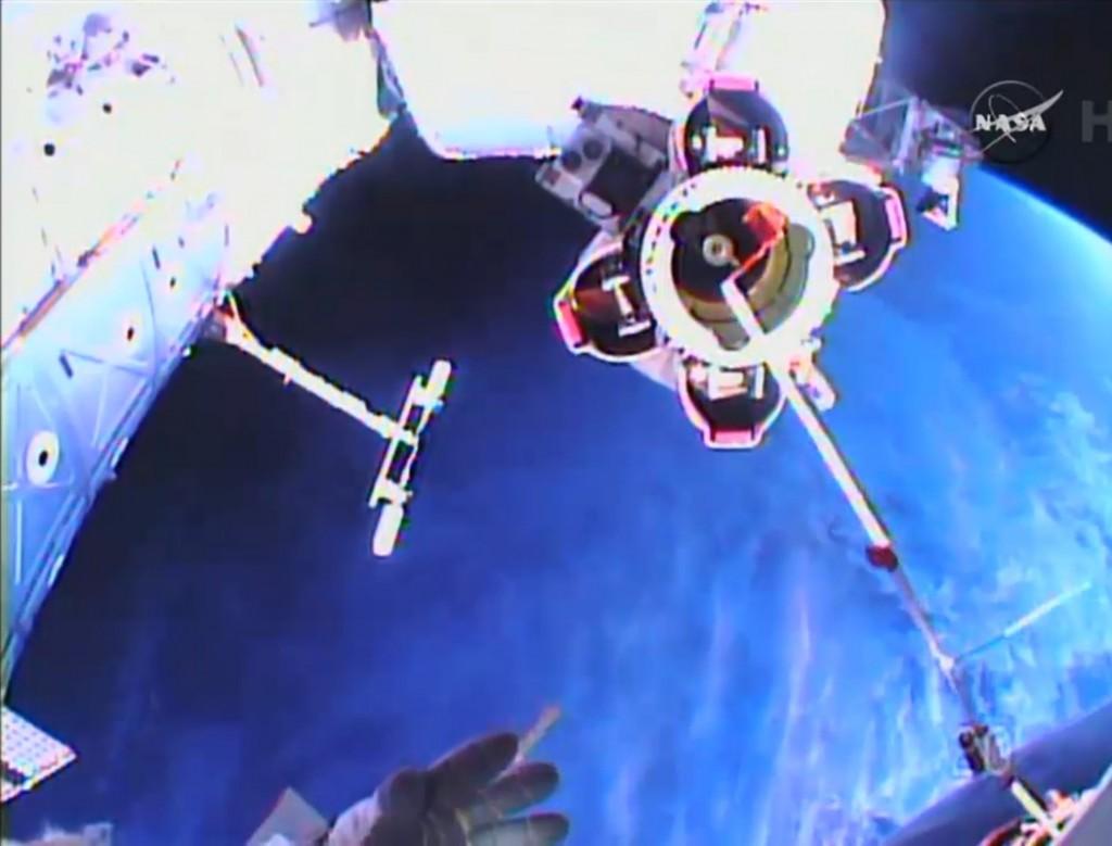 Virts mentre lubrifica il meccanismo di presa del Canadarm 2. Credit: NASA TV