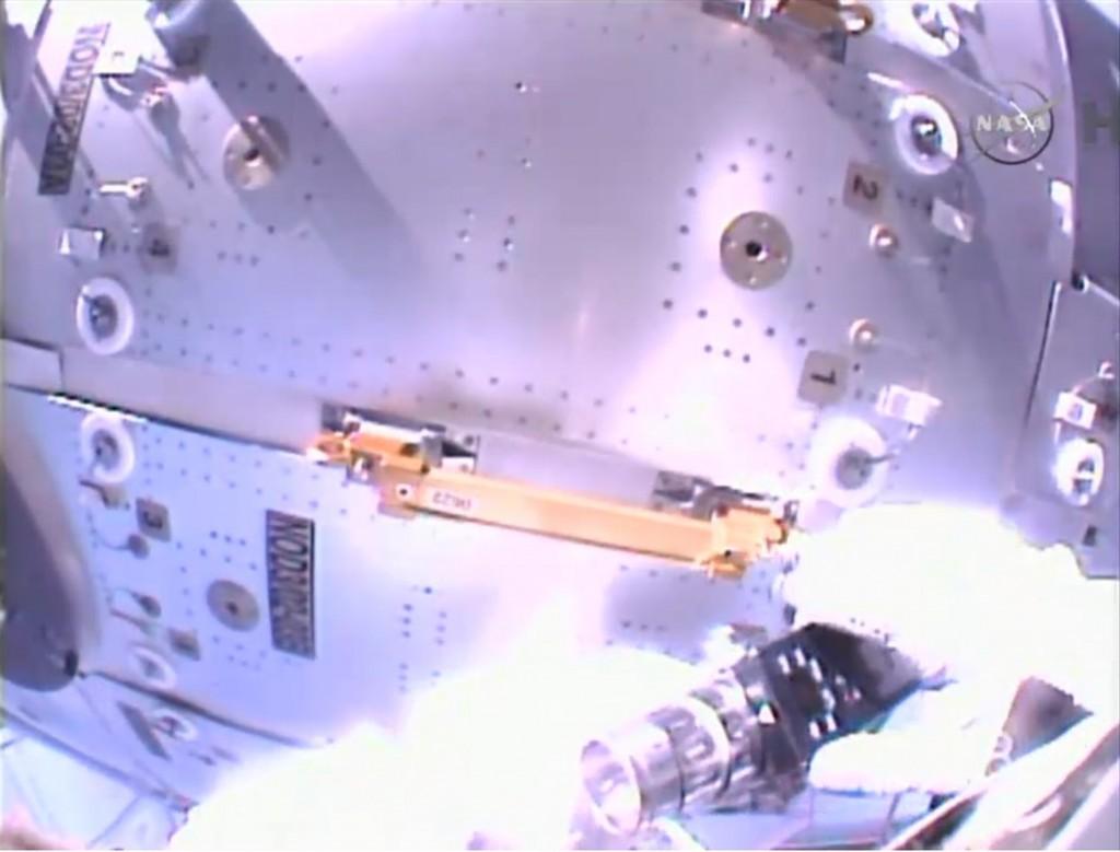 Wilmore mentre rimuove il corrimano all'esterno del Nodo 3. Credit: NASA TV