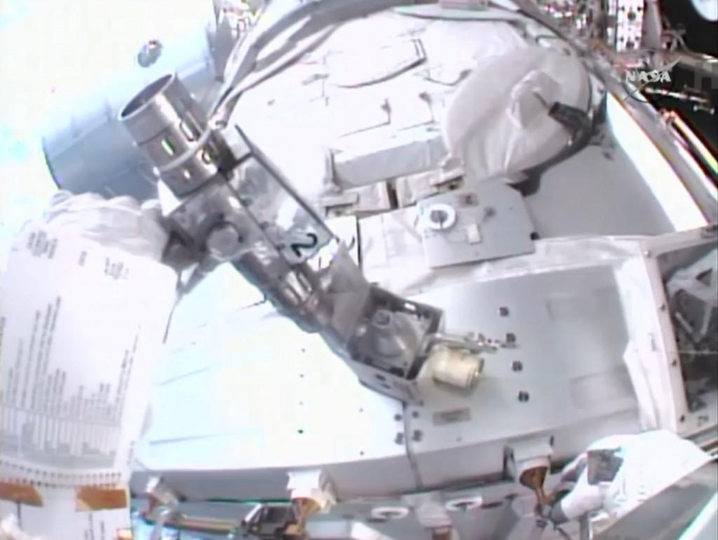 Wilmore mentre rimuove la bocchetta di sfiato all'esterno del Nodo 3. Credit: NASA TV