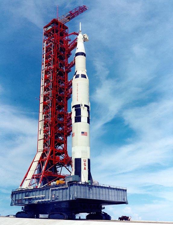 Il rollout del razzo Saturn V per la missione Apollo 4. Credit: NASA