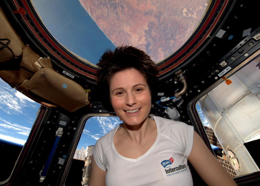 Samantha Cristoforetti nella Cupola con la maglietta di Intercultura. Credit: ESA/NASA