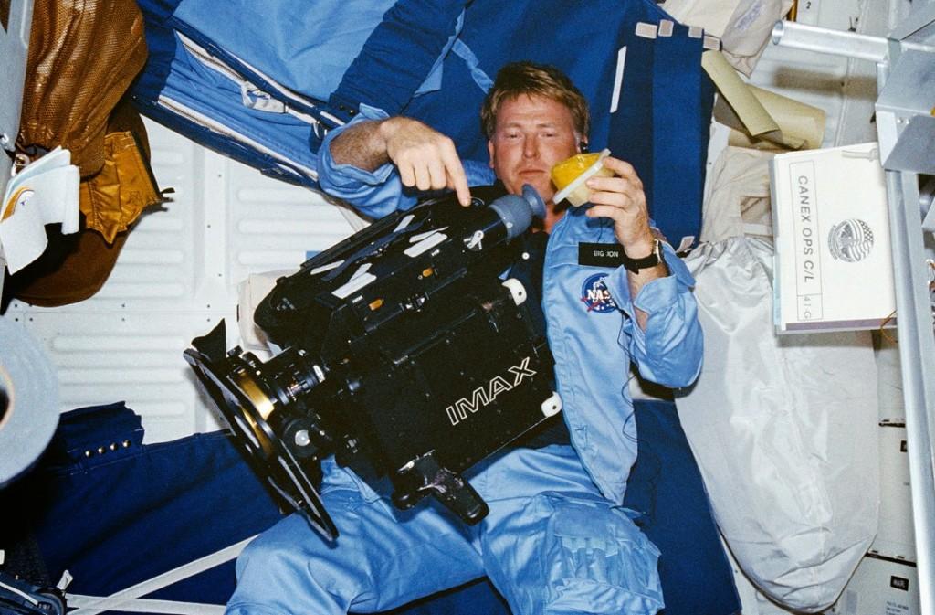 Jon McBride durante la missione STS 41-G. Credit: NASA