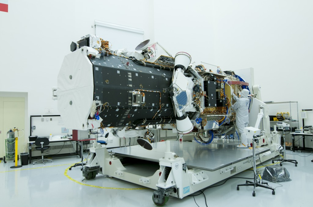 WorldView-3 durante le fasi finali della sua costruzione. Credit:Ball Aerospace