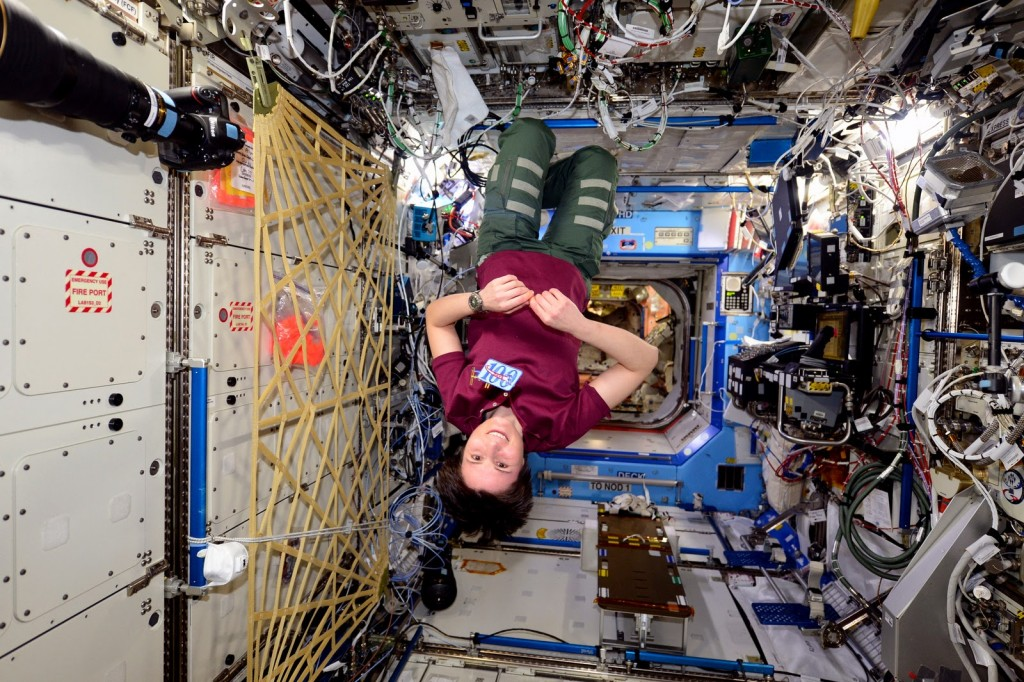 Samantha Cristoforetti con il distintivo dei 100 giorni passati nello spazio. Credit: ESA/NASA