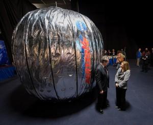 Un simulacro del modulo BEAM in scala reale durante la sigla del contratto tra NASA e Bigelow Aerospace nel gennaio  2013 - Credits: (NASA/Bill Ingalls)