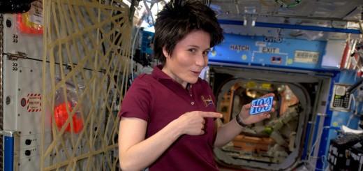 Samantha Cristoforetti con il distintivo dei primi 100 giorni passati nello spazio. Credit: ESA/NASA
