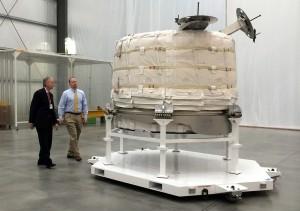 William Gerstenmaier e Jason Crusan di NASA davanti all'esemplare di volo del modulo BEAM lo scorso 12 marzo, a Las Vegas, nella sede di Bigelow Aerospace. Credit: NASA/Stephanie Schierholz
