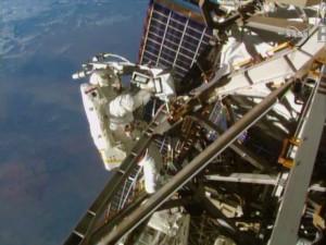 Terry Virts al lavoro sul cablaggio dell'antenna C2V2 sull'elemento P3 del traliccio della ISS. Credit: NASA TV