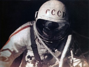 Leonov ripreso all'esterno del veicolo Voschod 2.
