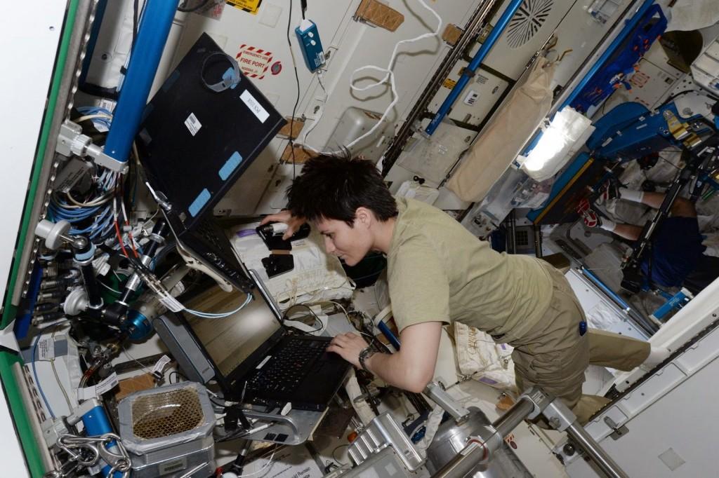 Samantha Cristoforetti controlla una borsa di acqua iodata. Credit: ESA/NASA