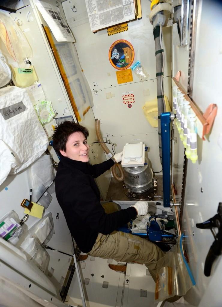 Samantha Cristoforetti esegue la manutenzione della toilette della ISS. Credit: ESA/NASA
