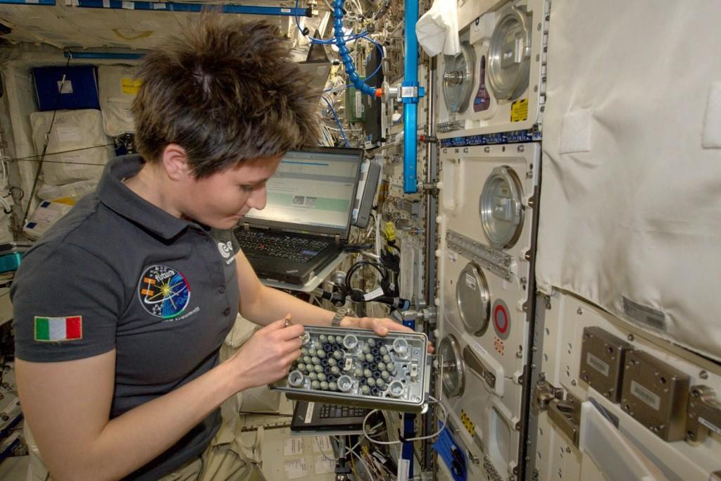 Samantha Cristoforetti con i campioni dell'esperimento TripleLux B. Credit: ESA/NASA