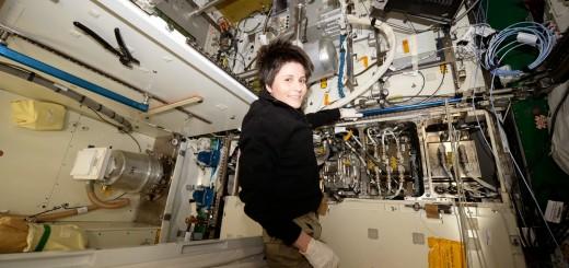 Samantha Cristoforetti sostituisce il serbatoio di riciclaggio dell'Urine Processing Assembly. Credit: ESA/NASA