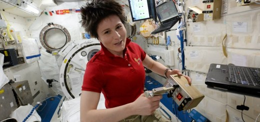 Samantha Cristoforetti inietta il terreno di coltura nell'esperimento BRIC 21. Credi: ESA/NASA