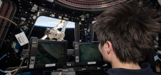 Samantha Cristoforetti manovra il braccio robotico Canadarm 2 della ISS. Credit: NASA