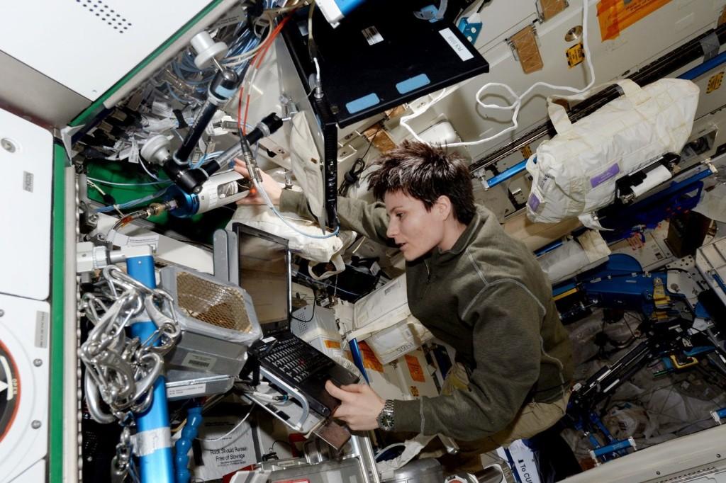 Samantha Cristoforetti con una borsa di acqua iodata. Credit: ESA/NASA