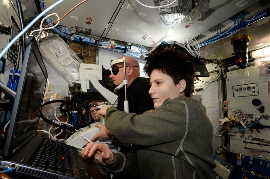 Samantha Cristoforetti esegue una scansione OCT di Scott Kelly. Credit: ESA/NASA