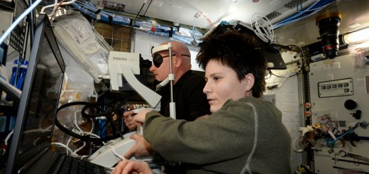 Samantha Cristoforetti esegue una scansione OCT di Scott Kelly. Credit: ESA/NASA