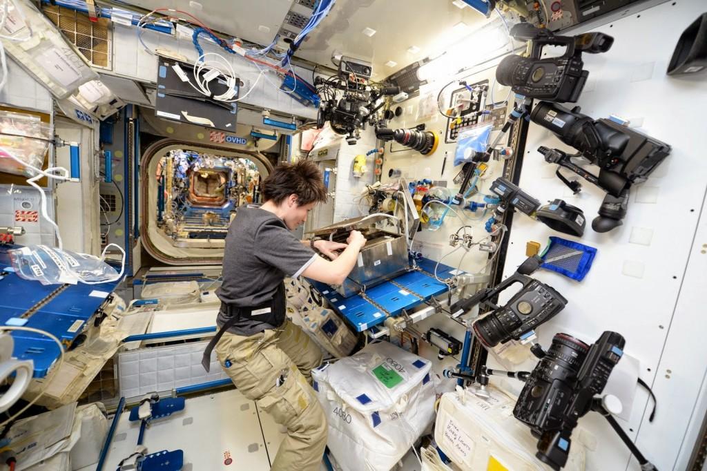 Samantha Cristoforetti su un tavolo da lavoro nel Nodo 2. Credit: ESA/NASA