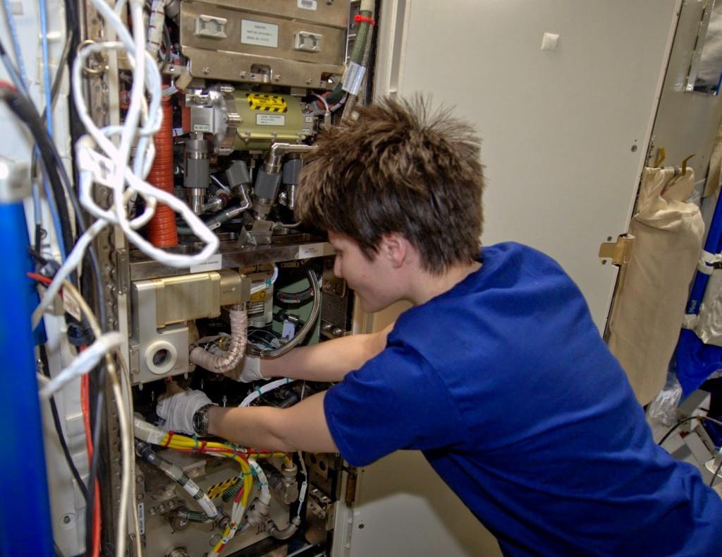 Samantha Cristoforetti esegue la manutenzione di un generatore di ossigeno. Credit: ESA/NASA